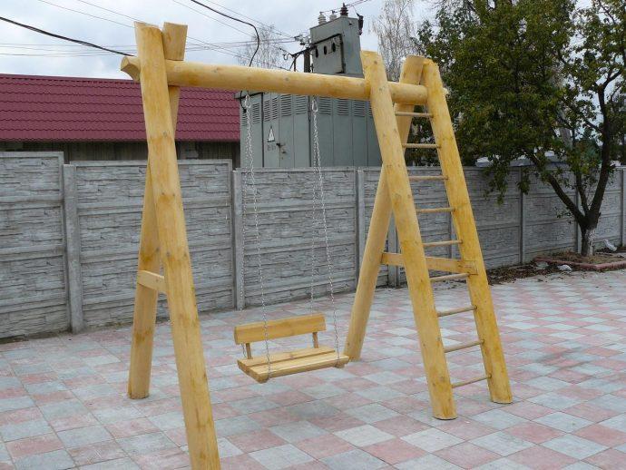 широкая качеля для детей во дворе
