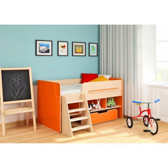 яркая детская кровать чердак в детскую пример