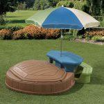 идея песочницы во дворе с зонтом