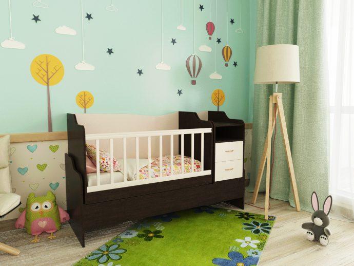 светлая кроватка с комодом в комнате