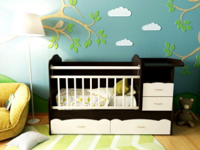 большая детская кроватка в детской комнате