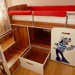 яркая кровать трансформер для ребенка пример