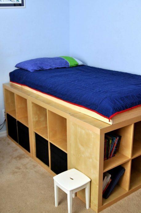 просторная кроватка трансформер в комнате