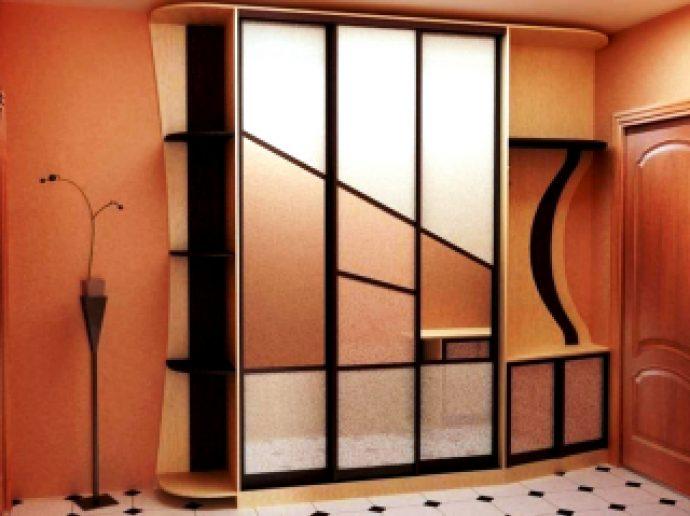 установленный шкаф светлый в комнате