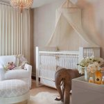 светлая кровать в комнате