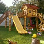 пример небольшой детской площадки с качелями