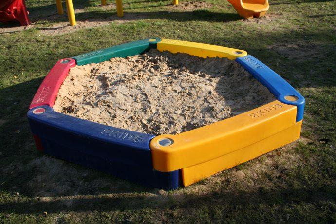 конструкция песочницы на даче без зонта