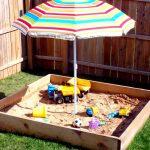 пример детской песочницы во дворе на даче с бортиками