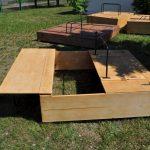 монтаж песочницы во дворе с сиденьями