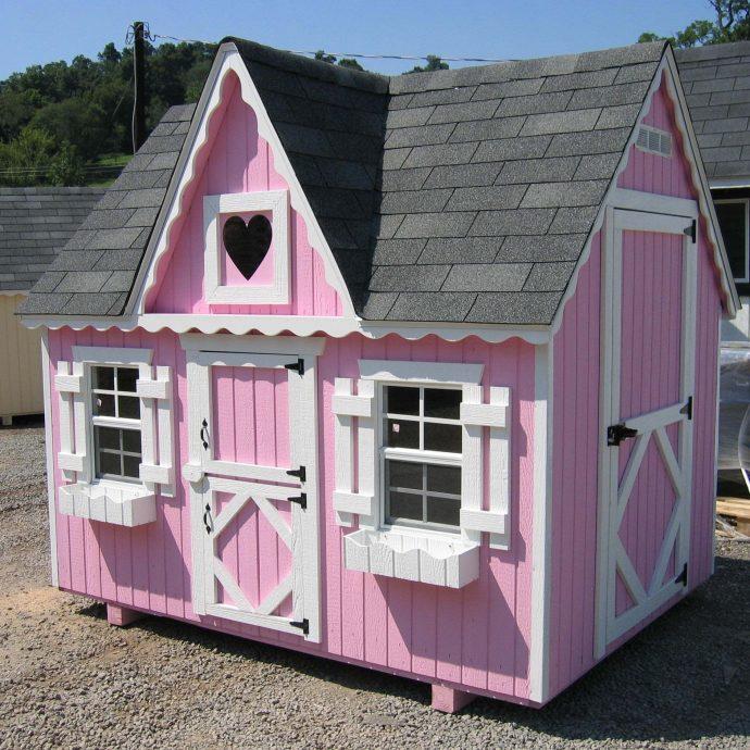 пример небольшого игрового домика из массива дерева