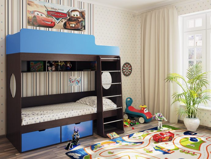 каркас двухъярусной кровати из массива дерева в интерьере комнаты