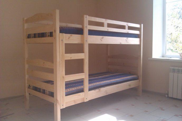интерьер детской кровати из дерева в спальне