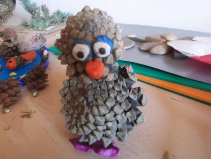 смешная игрушка животное из сосновой шишки сделанная вручную картинка