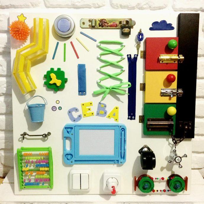 необычная доска для обучения с игрушкой