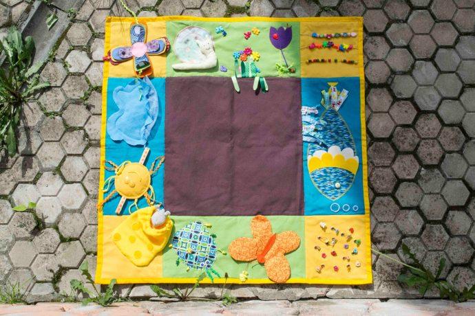 яркий развивающий детский коврик с машинками фото