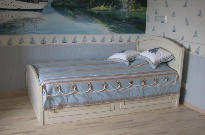 кровать из массива дерева в интерьере детской комнаты конструкция