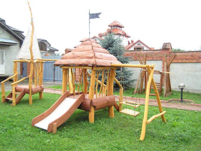 монтаж небольшой детской площадки с подъемной стенкой