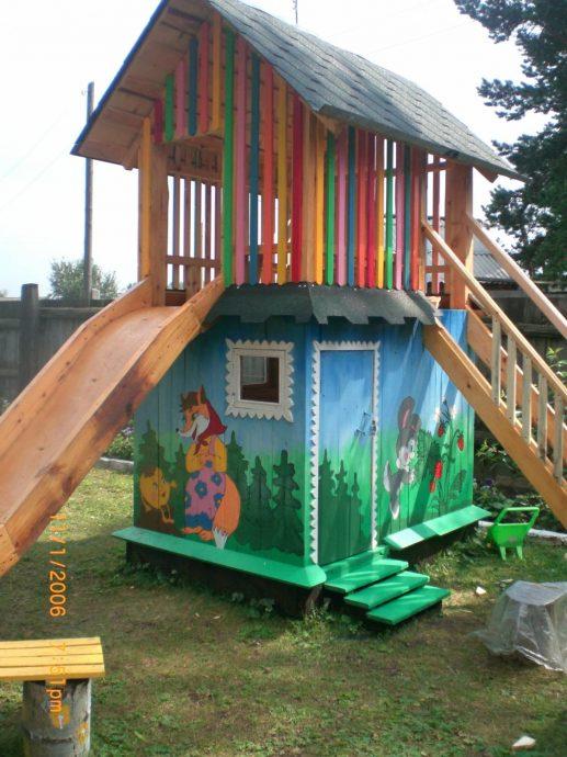 интерьер небольшого игрового домика из дерева