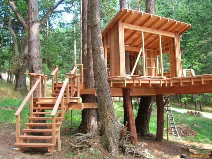 дизайн яркого игрового домика из массива дерева