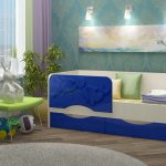 комплект кроватки для ребенка в ярких тонах