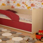 конструкция кроватки дельфин для ребенка в теплых тонах