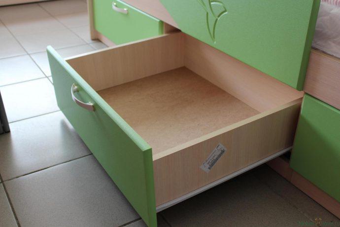 дизайн кроватки для малыша в теплых тонах