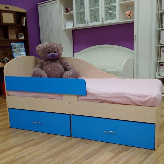 конструкция кроватки дельфин для ребенка в ярких тонах
