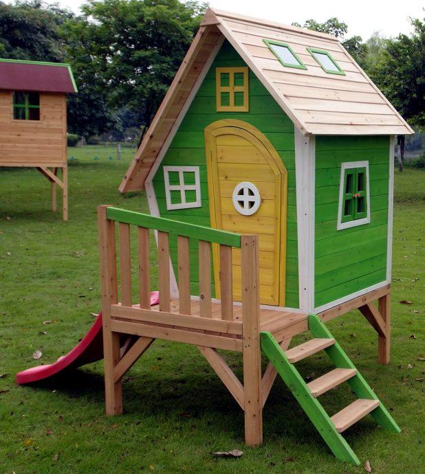 конструкция детского игрового домика на улице