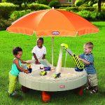 идея детской песочницы во дворе на даче с зонтом