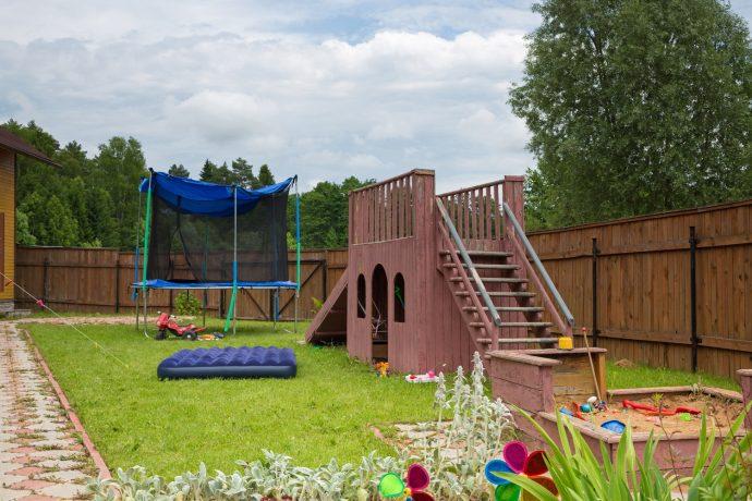 конструкция детской игровой площадки во дворе на даче с турником