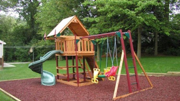 конструкция детской игровой площадки во дворе с качелей