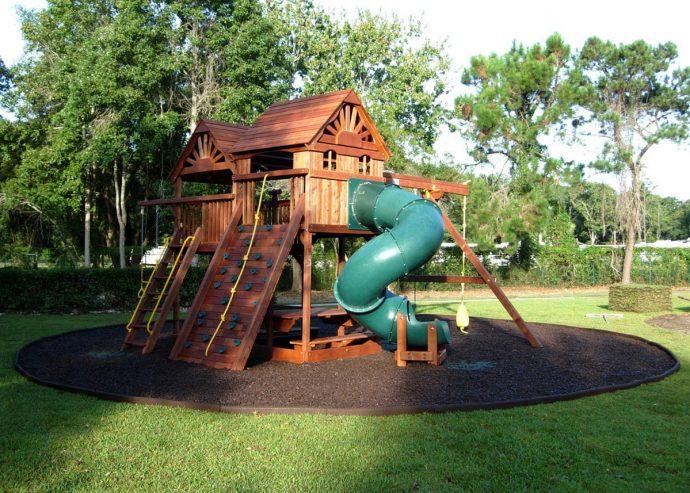 конструкция детской площадки на даче с качелей