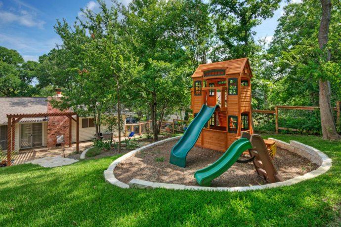 дизайн детской игровой площадки во дворе на даче с качелей