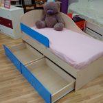 комплект кроватки дельфин для ребенка в светлых тонах