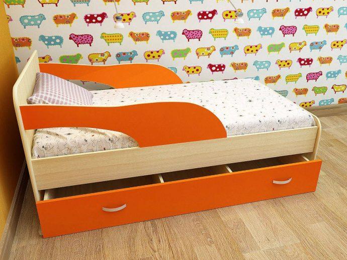 дизайн кроватки для детей в ярких тонах