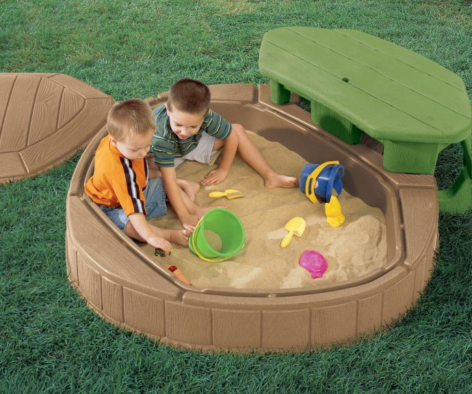 идея детской песочницы во дворе на даче с сиденьями