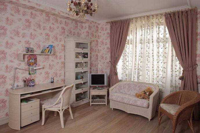 светлая детская в дизайне прованс для девочки