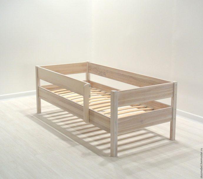 большая детская кровать с бортиками в комнате фото