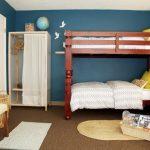 железная кроватка в квартире