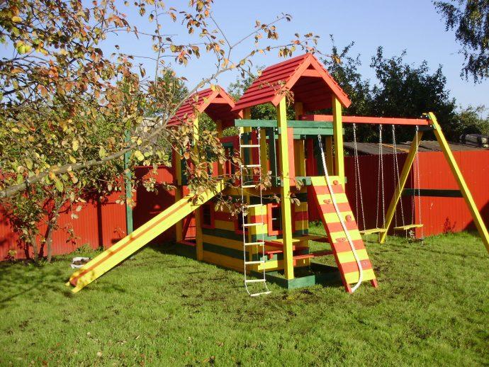 крепкая детская площадка сделана собой во дворе