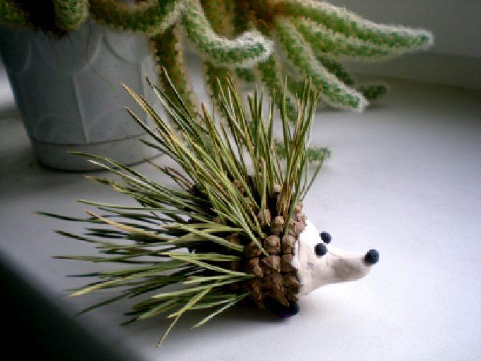 интересная игрушка животное из сосновой шишки сделанная вручную фото