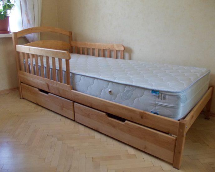 цветная детская кроватка с бортиками в интерьере комнаты фото