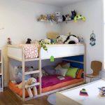 светлая кроватка в детской комнате