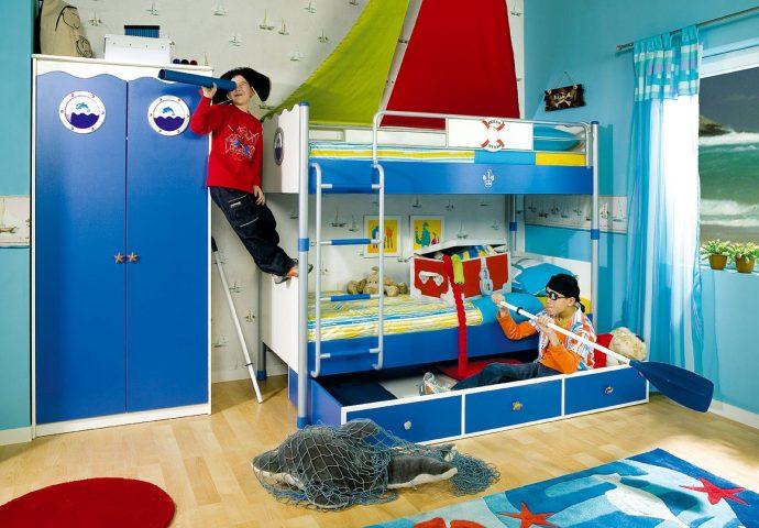яркая спальня для мальчика небольших размеров пример дизайна