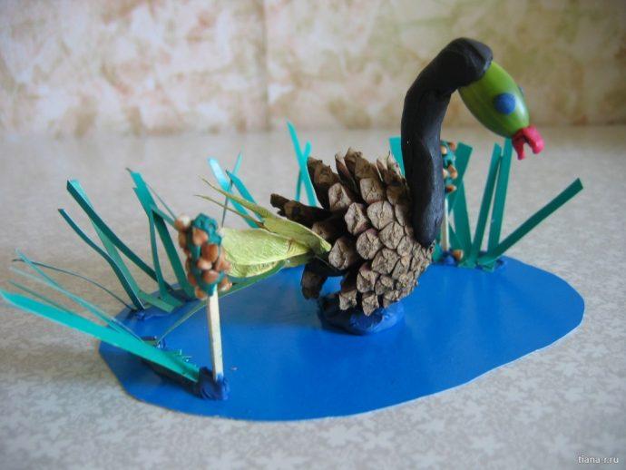 необычная игрушка из сосновой шишки из подручных материалов фото