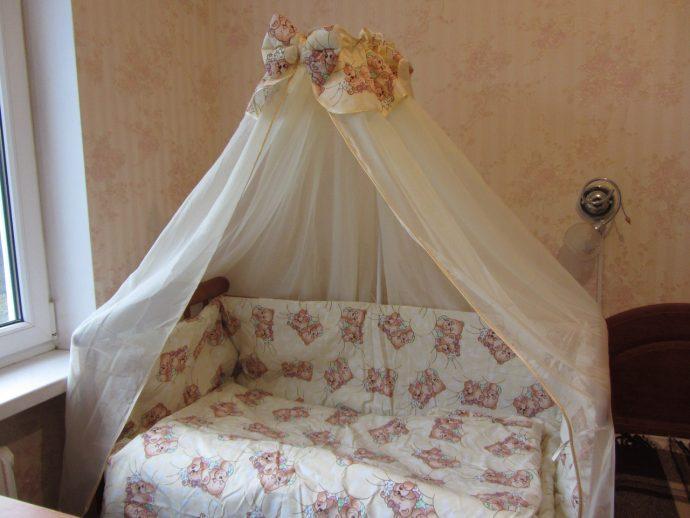 яркий балдахин на кроватку в интерьере комнаты