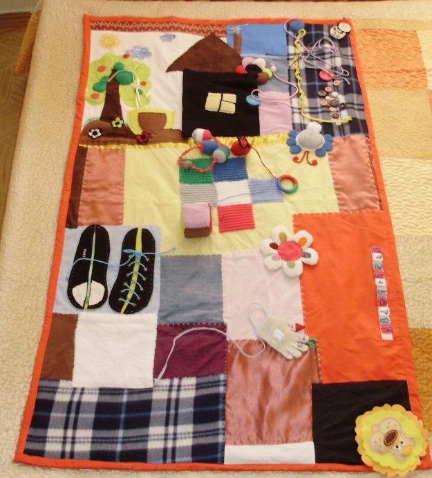красивый развивающий детский коврик с машинками пример