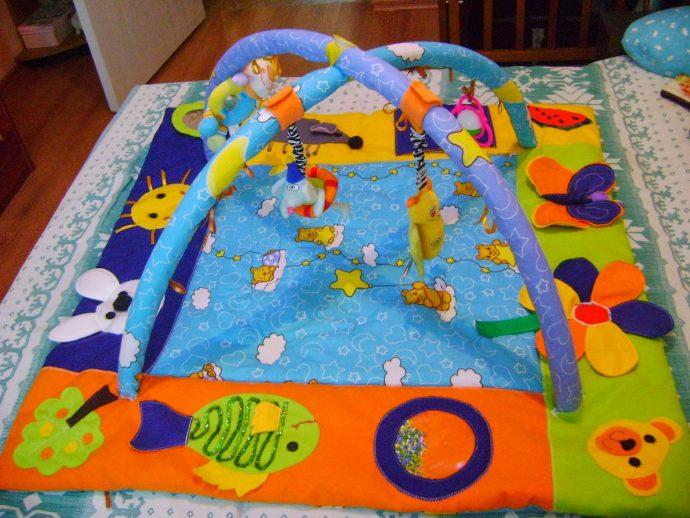 красивый детский коврик со зверьками картинка