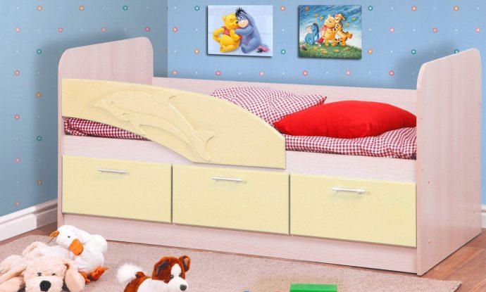 большая кровать с рисунком дельфина в детской комнате