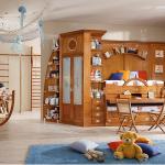 стол из дерева в детской комнате сборка